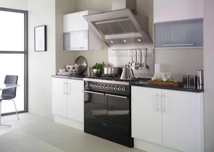 fashionable-small-apartment-kitchen-design-ideas-with-white-finish-wooden-kitchen-cabinets-using-granite-countertop-and-black-gloss-range-cooker-1120x798