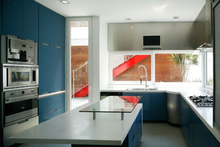 white-wall-color-small-kitchen-modern-minimalist-block-house-design-with-navy-blue-color-cabinets-with-door-and-drawer-plus-island-with-glass-table-top